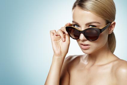 ładna kobieta w okularach przeciwsłonecznych